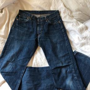 Mørkeblå Levi's Jeans 501 original fit  Sælges fordi de er blevet for små  Str: W34 og L34 De er dog skrumpet lidt i første vask så nu fitter de ca W33  Np ca 700kr