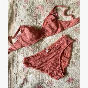Super fint rosafarvet sæt undertøj med blonder fra Triumph. Overdelen er en størrelse 75 B og underdelen er en lille størrelse 40. Aldrig brugt🌸🌸