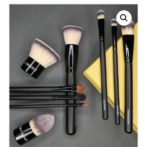 Et komplet sæt make-up børster med 9 forskellige børster som aldrig er blevet brugt fra mærket bySwiercz. Køb sættet samlet eller børster enkeltvis. BYD Nypris er 1020 kr.