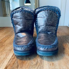 Flotte vinterstøvler/bamsestøvler med dejligt blødt for hele vejen igennem så de sidder godt og varmt om foden. Brugt få gange.