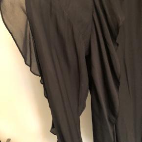 Fin bluse med flæser - lange ærmer i lækker kvalitet  Str L Np 350,- Prisen er fast og sendes med DAO på købers regning   #secondchancesummer