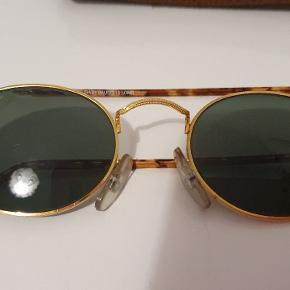 Ray-ban solbrille. Dog er den ene brillestang faldet af. Skal sættes på hos optiker. Med etui.