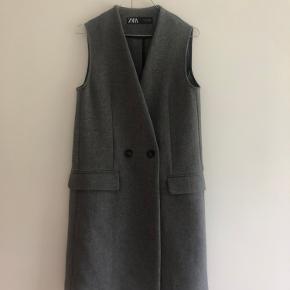 Grå uldvest fra Zara. 🤍  51% uld 49% andet