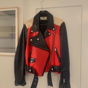 Smuk ikonisk læderjakke fra Acne Studios i rød, sort og beige. Jakken blev kun lavet i et begrænset antal og er båret af mange store modeikoner.  Jakken er ikke brugt særlig meget, men er virkelig lækker og blød i læderet. Str. 36, og kan passes af af en 34- lille 38.  Jakken kan ses og prøves på Frederiksberg C eller sendes 💌