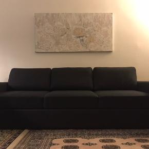 En selv-designet sovesofa fra ILVA, stor og i den lækreste mørkegrå farve. Sofaen er indbygget med fjedre, så den er behagelig både at sidde og ligge i.   Størrelse på sofaen: 2,45 m. lang og 0,75 m. bred.  Størrelse på sovesofaen: 2 m. lang, da armlænene ikke er målt med, samt 1,45 m. bred.