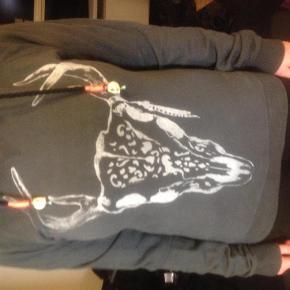 Varetype: hoodie med bambi .mørke grå bomuld Farve: Mørkegrå Oprindelig købspris: 1500 kr.  NUL BYTTE. modellen er 175 cm og bruger selv en str 38-40. skambud ignoreres. kan hentes i KBH K. sender også med dao til 35 kr. kun seriøse bud tak.byd ikke hvis du ikke mener det.  100 % cotton.