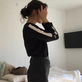 Aldrig brugt sort bluse med stribe detalje ned af ærmerne!  Str L men passer fint str S og M også!  #30dayssellout