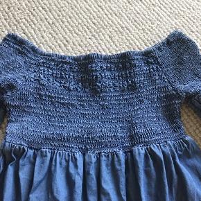 Sommerkjole fra italienske Blu Kids i tyndt blødt stof. Bare skuldre med elastik på brystet. Der står str. 11-12/152 i kjolen, men den passer en str 128 (134), da den er lille i str.