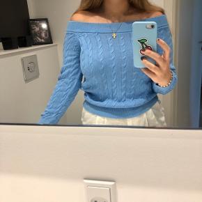 Sweater fra Ralph Lauren. Kan bruges som normal, eller off shoulder. Mærket i nakken er dog ved at falde af, men kan sys på, hvis man ønsker det. Kan passes af en small.  Ikke-ryger hjem.  🌸🌺