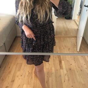 Helt ny, ubrugt Noella Fikka dress i purple print str. M.