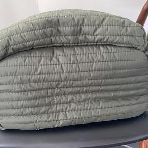 Dejlig rygsæk brugt en håndfuld gange. Uden pletter, har lidt fnuller bagpå eller som ny.