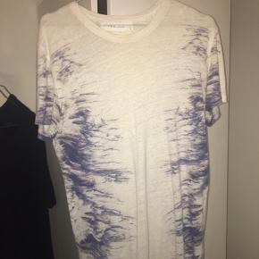 Fed t-shirt fra IRO. Standen er sat til god men brugt eftersom T-shirten er brugt et par gange. Dog fremstår den stadigvæk i rigtig fin stand og er uden pletter, huller osv. Byd gerne:)