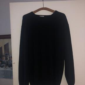 Den nok blødeste trøje du nogensinde kommer til at købe. Der står 3xl, men den kan sagtens fitte large og op af.  Den har en lille bitte flaw, som man faktisk overhovedet ikke lægger mærke til.