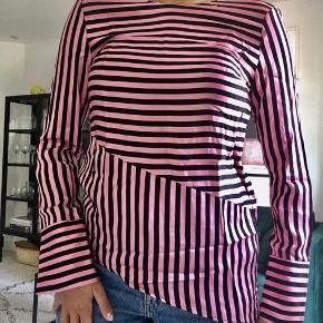 Skjorte fra H&M i skråt fit.  Kan dampes inden afsendelse hvis ønsket! 💗🖤