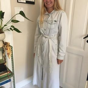 Sælger denne smukke denim kjole / jakke fra Won Hundred. Passer en 36/38, og så god som ny 🦋  Tags: Wood Wood, Arket, Cos, &other stories, Monki, Baum & Pferdgarten