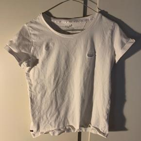 Hej! Jeg sælger denne fine H2O trøje. Den er i farven hvid og har ingen pletter eller andet på sig. Det er en størrelse M, men er meget lille og er børnetrøje. Jeg sælger den til 30kr. Hvis du har nogle spørgsmål til trøjen, så spørg løs.  Tjek gerne mine andre annoncer ud for en masse billige ting!