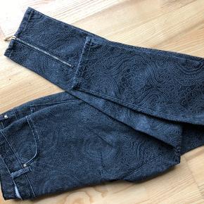 Nye grå jeans med mønster og lynlåse nederst bagpå. Fejler intet.