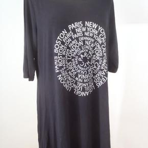 Brand: OneMore (Handberg) Sort tunika med print foran, brystvidde 110, længde 86, viscose+elastan