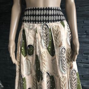 Skøn nederdel i pragtfulde farver.  Liv. 82 cm  Længde 58 cm  90% bomuld og 10% silke