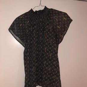 Neo noir collie crepe bluse  Sælger denne super fine bluse fra neo noir, som både kan bruges ting hverdag og fest.  Blusen er kun brugt én gang  Str.: xs Np: 400 kr