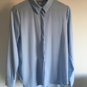 Fin blå skjorte fra h&m str 36. Aldrig brugt. Nypris 199kr byyyd