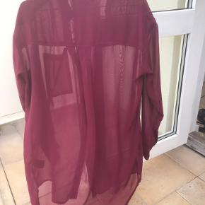 Lækker og let semi transparent/lidt gennemsigtig skjorte fra mbym. Som ny. Fed pasform, lidt oversize, lang.