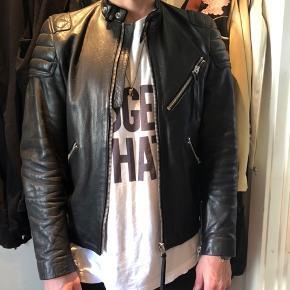 Klassisk læder jakke fra Acne. Modellen hedder Oliver. Standen er super flot, ingen rids på læderen og foet er i sart beige farve.  Se anden sidste billede for mere info om jakken.   NP Ca 10000kr MP 7500kr   Kan afhentes i indre by eller sendes mod betaling