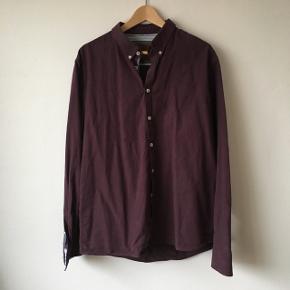 Lilla Chris shirt, der er brugt en del. Stoffet er rimelig tykt, næsten lidt deminagtigt. 100% bomuld.