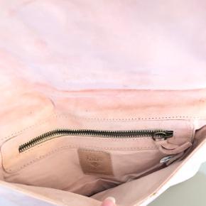 Smuk Ambre Babzoe nude baby blød ruskinds clunch  Den har ligget i en skuffe og er aldrig brugt  Virkelig smuk kunstnerisk taske   Der er en lille plet på påhænget, opsagt da jeg tog billeder. Tror det kan fjernes med lidt acetone eller sprit men det ses ikke dig sælges den deraf billigt :) Np 1299