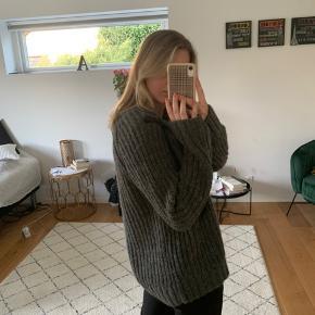 Super fin sweater. Den er en smule fnulleret, men tror det er uundgåeligt😄 Den er grå, men kan i noget lys godt have et grønt skær💚