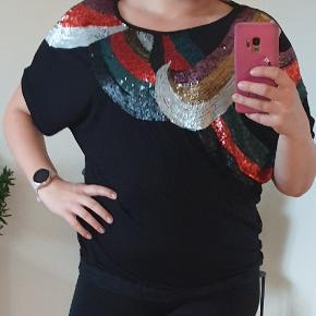 Jeg er ca. en størrelse M og 165 cm høj og trøjen er lidt stor til mig. Den har ikke tegn på slid, men kan ikke huske mærke og præcis størrelse da mærker er klippet ud.