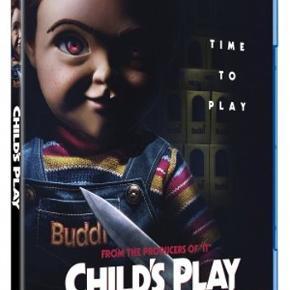 """0449  Child's Play - 2019 - Blu-Ray  Dansk Tekst - I FOLIE   Time To Play..  Fra producenterne bag """"IT"""" kommer CHILD'S Play, en helt ny version af den klassiske gyserhistorie om den onde dukke Chucky, nu med Mark Hamill som stemmen bag.  Da Karen køber den højteknologiske dukke Buddi til sin søn Andy i fødselsdagsgave tager hun samtidig ondskaben med ind i sit hjem. Nu må Andy gøre hvad han kan for at få de voksne til at lytte så de kan stoppe dukken før det er for sent."""
