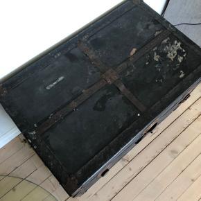 Lækreste gamle mørkeblå rejsekiste ❤️❤️❤️ Perfekt til opbevaring eller sofabord 👌🏻✨✨ H51 B77 D47 cm. Pris 700,- kr.