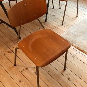 Træstole sælges, 5 styks. De måler 76 cm i højden og sædet er 40 cm * 38 cm.  Sælges enkeltvist til 350 kr stykket, og samlet. Er superfine og velholdte.  Plankebordet på billedet sælges også til 1000 kr. Det måler 82 cm * 150 cm * 3,5 cm.   Afhentes på Nørrebro.  Byd løs! :)