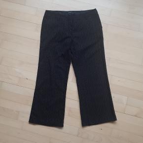 Stribet bukser fra Vero moda i str. 40.  Måler ca. 84 cm i omkreds. Og længden er ca. 66 cm. målt fra indersømmen på buksebenet.  Hentes i Roskilde eller sender med DAO mod betaling af fragt.  #30dayssellout