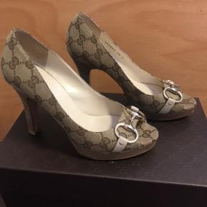 Gucci sommer stiletter, str. 36C Brugt to gange, stand: som ny. Hælhøjde: 10 cm, men fortil plateau: 2 cm, så funktionelle hælhøjde: 8 cm, så de er behagelige at gå i og ikke for høje😉 Medfølger: Æske.