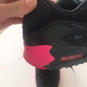 Flotte Nike sneakers i str. 38. Skoene er brugt, men i flot stand. Der er noget slitage på solen omme bagpå, som også ses på det tredje billede. Ellers er de i virkelig god stand. :)