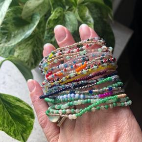 Flotte nye glad perle armbånd  Måler ca 17cm Prisen er stk.  Bytter ikke
