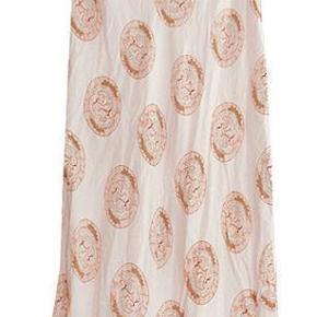 Varetype: nederdel Farve: flere  Flot mønstret lakselyserød nederdel i str M fra Masai. Livvidde ca 40 cm, Længde ca 100 cm. Nededelen er i 100% viscose, brugt men i fin stand