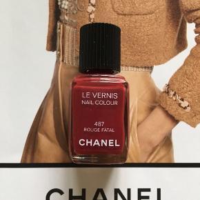 Fin farve Chanel: 487 Rouge Fatal . Kanten går lige underteksten 'nail colour' så der er stadig meget tilbage. Toplåg og æsken  følger ikke med.  Kan sendes med Postnord som brev for 20 kr ved mobilpay. Søgeord: nail polish rød rouge nail colour neglelakker neglelak