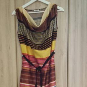 Jolie robe multicolore satinée, longuer midi, très bon état, marque Yessica (C&A)