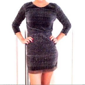 Kjole fra Nelly.com i mørkegråt glitrende stof. Brugt en gang.