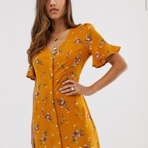 Flot floral kjole af mærket boohoo. Har aldrig brugt den, kjolen er blevet vasket men den sidder for løst derfor har jeg aldrig brugt den.   Fast pris 100kr esksl Porto