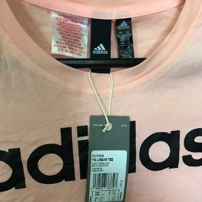 Adidas T - shirt Farve: Peach Str. 13 - 14 svare cirka til en str xs/s Aldrig brugt Ingen tegn på slid