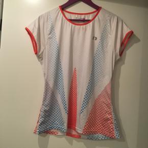Trænings t-shirt str. L. Stoffet og kvaliten er virkelig lækker. Den er brugt få gange og standen er rigtig pæn, dog er der en plet på, som kan ses på 2. Billede. Nypris 600kr.
