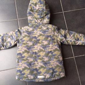 NY MINITURE VINTERJAKKE   Flot jakke m camouflage m lynlås og hætter. Den er en str 104, men er stor i str og svarer til ca 110.  NP 1300,-  MP 500,- pp