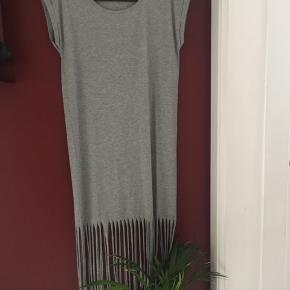 """Lang kjole med """"strimler"""""""