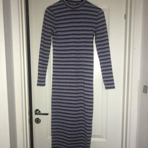 Lang kjole fra envii str xs. Den har lilla, blå og glimmer striber