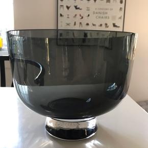Smuk skål, i grå glas, måler 20 cm i dia Afhentes 9520 Skørping, eller sendes med dao (plus Porto 38,-)