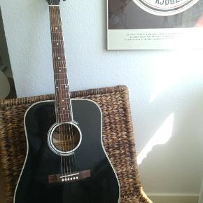 Western guitar. Der er nogle få ridser. Den har fået nye strenge og er så god som ny.